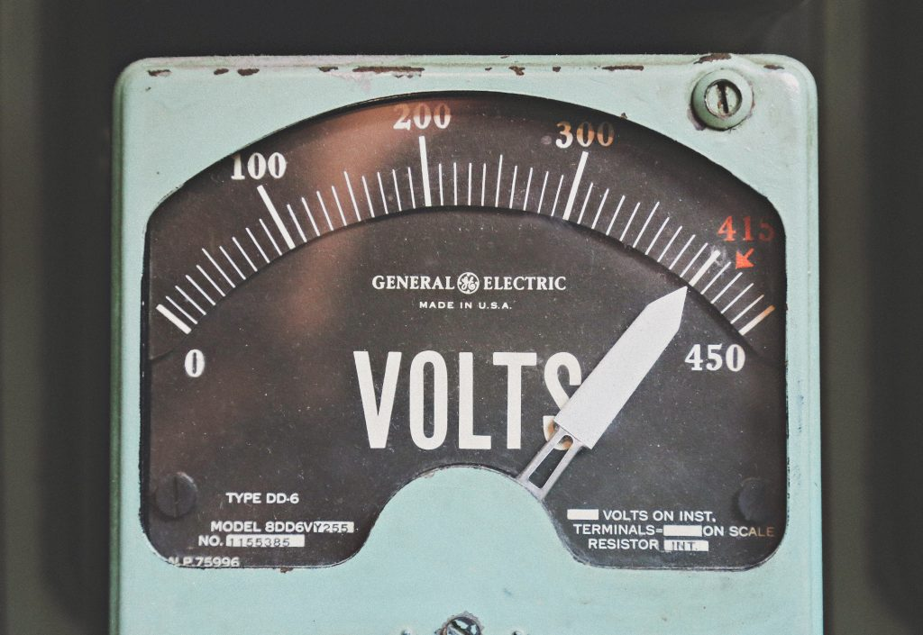 A device tracking voltage.