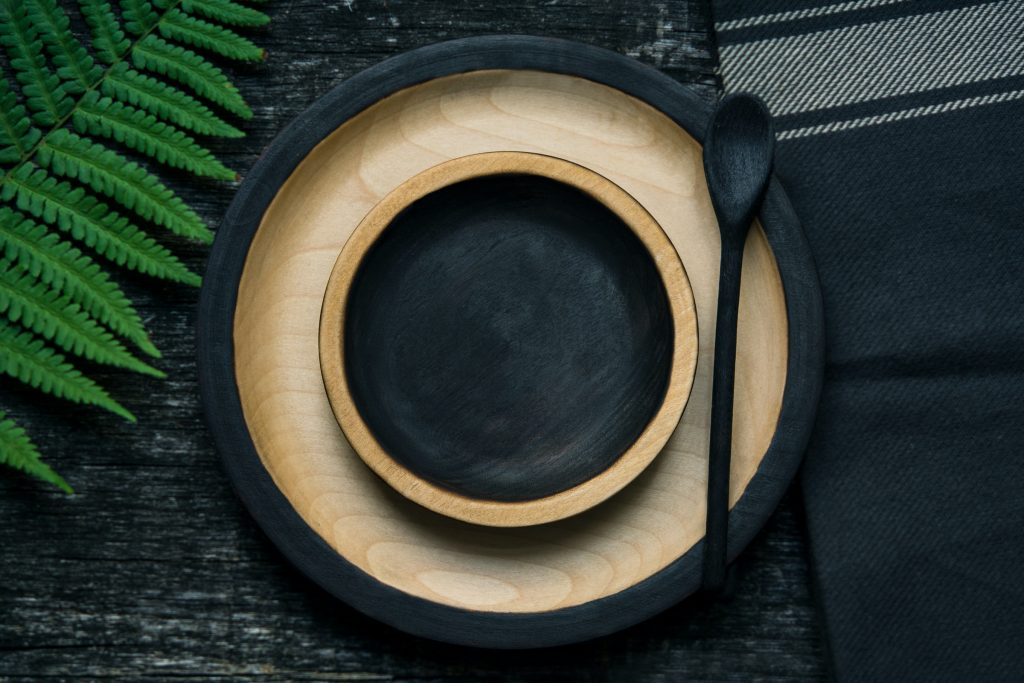 A black and beige plate set.